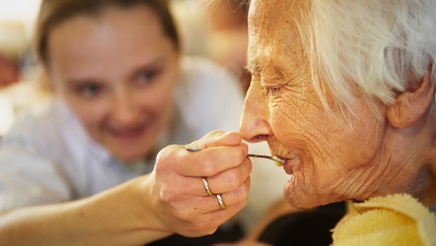 consejos para dar de comer a una persona con alzheimer u otras